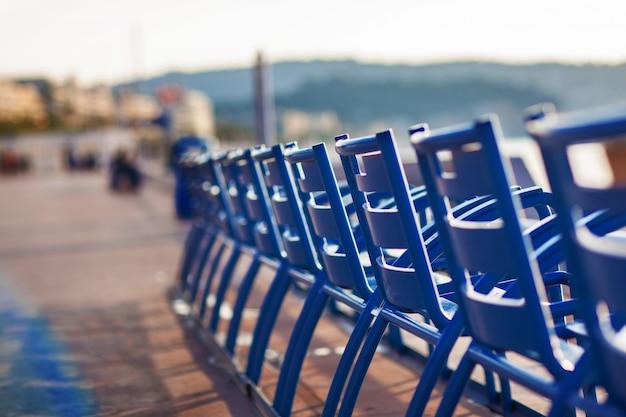 Chaises bleues sur la promenade des anglais à nice, france