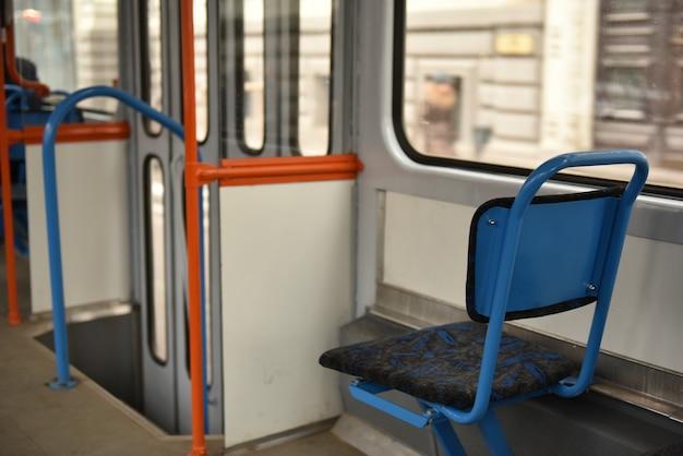 Chaises bleues vides sur tram vide, riga lettonie.