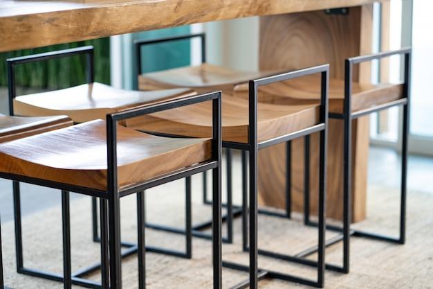 Chaises en bois et des comptoirs dans le café
