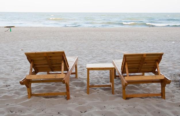 Chaises en bois sur la plage