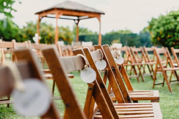 Chaises en bois de style vintage vide rétro pour des événements et des mariages