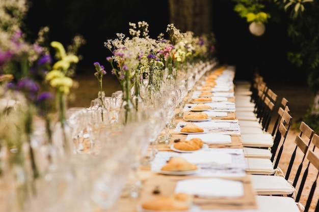 Chaises en bois de style vintage vides rétro pour les événements et les mariages