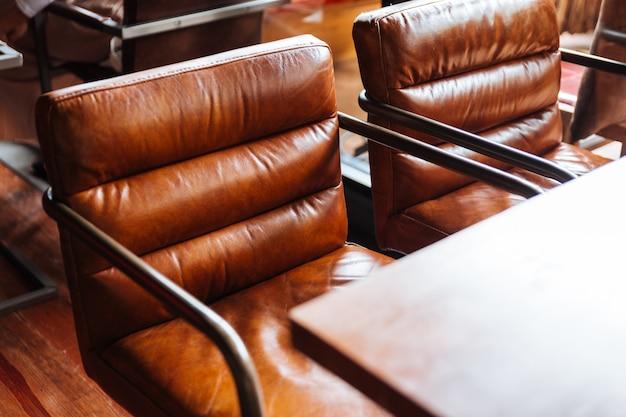 Chaises en cuir avec table en bois.