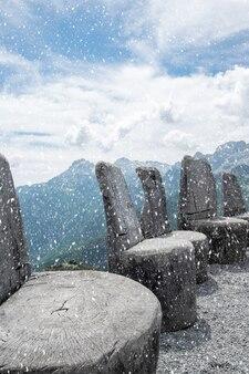 Chaises de divinité anciens trônes des dieux au sommet de la montagne