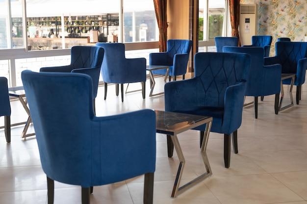 Chaises emty dans un restaurant. photo de haute qualité