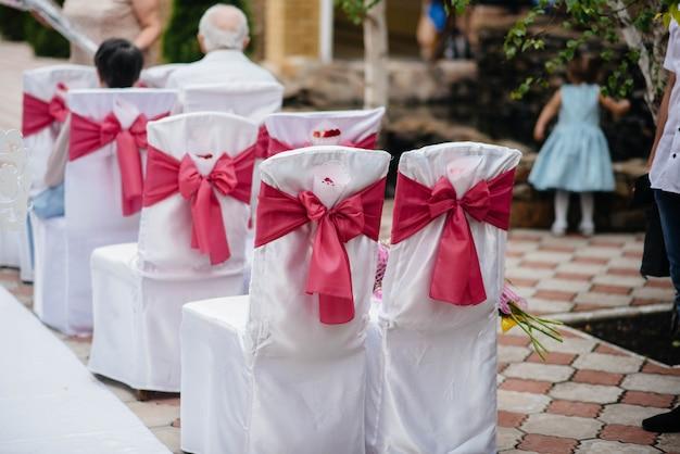 Chaises joliment décorées et disposées pour un banquet festif. décor, mariage.