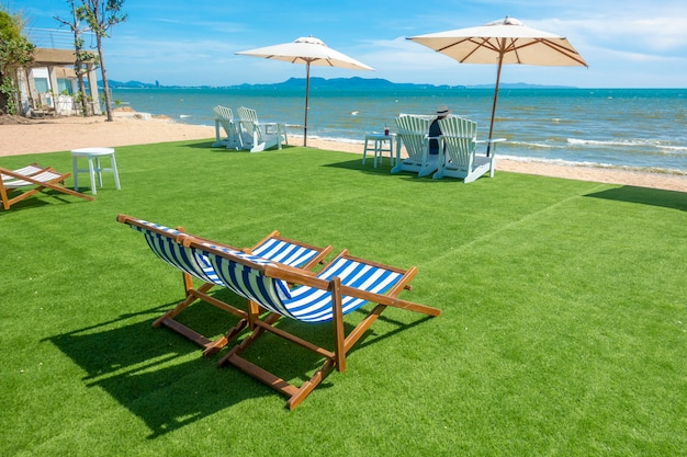 Chaises longues avec parasol sur une plage