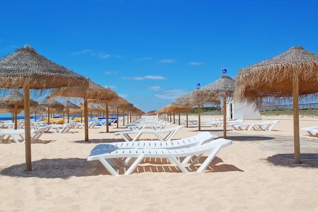 Chaises longues et parasols sur la mer. le portugal. vila moura.