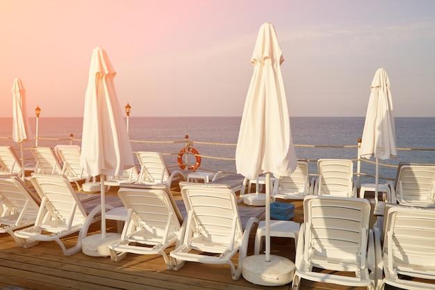 Chaises longues et parasols sur une plage