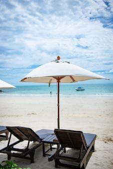 Chaises longues sur la plage à koh samet en thaïlande. concept de joyeuses fêtes