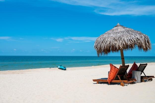 Chaises longues sur une plage de sable blanc