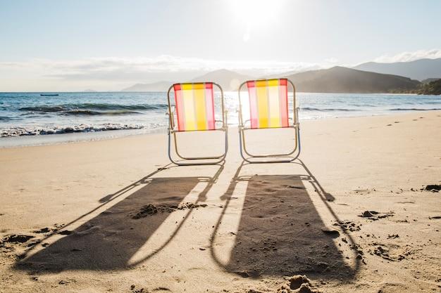Chaises longues à la plage
