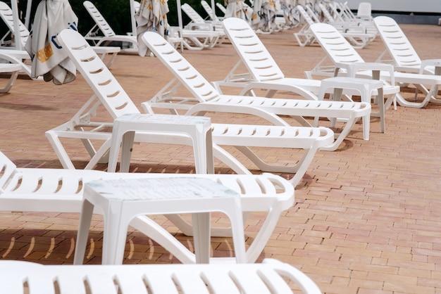 Chaises longues table et chaises