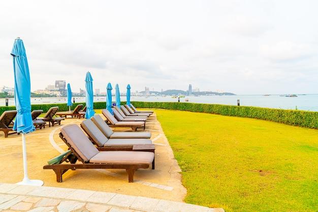 Chaises longues avec vue sur la mer