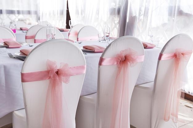 Chaises de mariage blanches pour la cérémonie