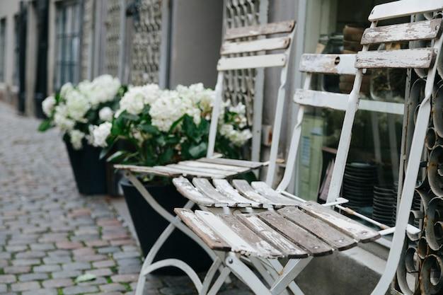 Chaises minables à l'extérieur du bâtiment