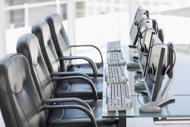 Chaises, ordinateurs et oreillettes dans un bureau moderne