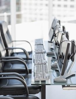 Chaises, ordinateurs et oreillettes dans les bureaux modernes
