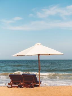 Chaises avec parasol sur la plage