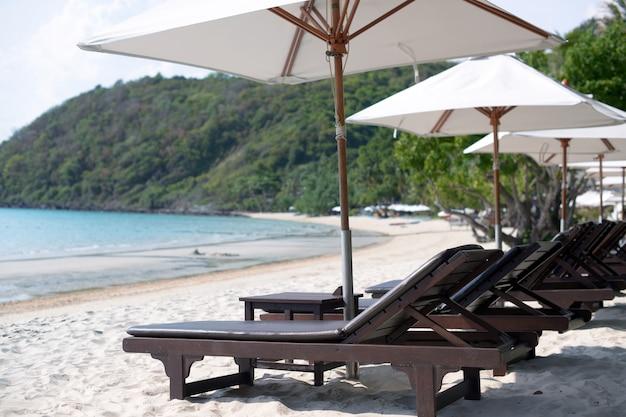 Chaises et parasols sur la plage de l'île de samet, koh samet, thaïlande.