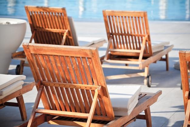 Chaises de piscine d'hôtel. prise de vue horizontale