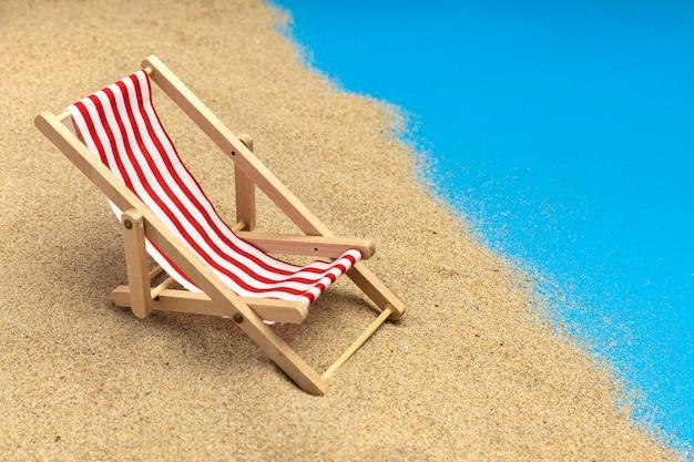 Chaises de plage sur fond bleu pastel. vacances d'été.