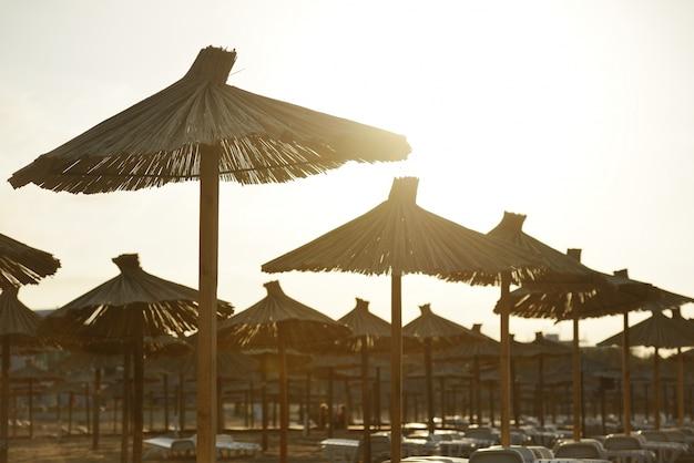 Chaises de plage et avec parasol sur la plage