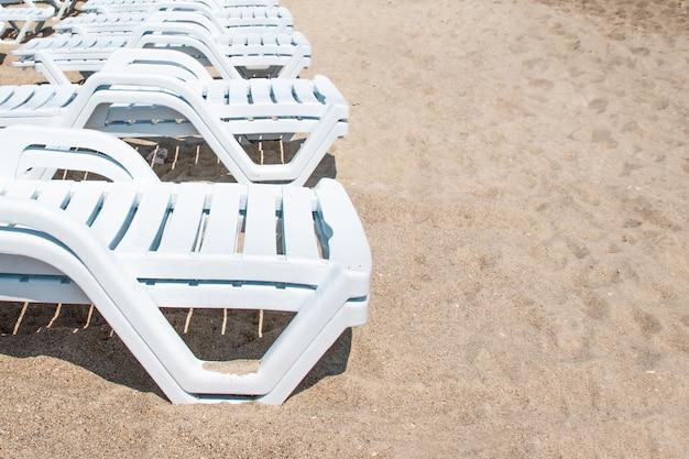 Chaises de plage sur la plage de sable blanc à odessa, en ukraine. mer noire