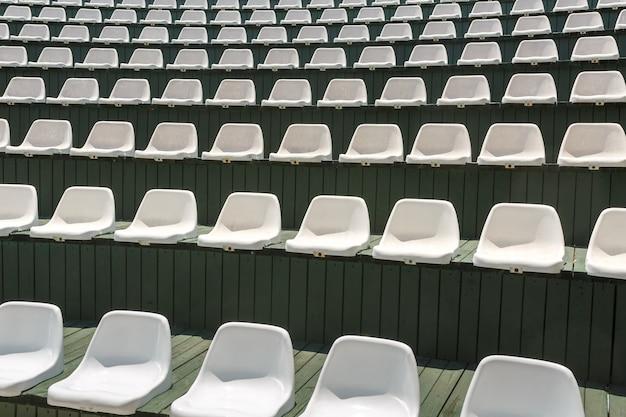 Chaises en plastique blanc dans un théâtre en plein air