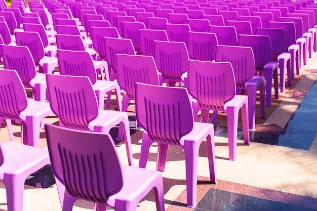 Chaises en plastique violettes sur le sol.