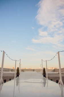 Chaises pour l'invité sur la cérémonie de mariage.