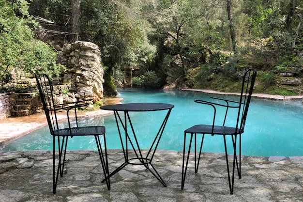 Chaises et table sur terrasse