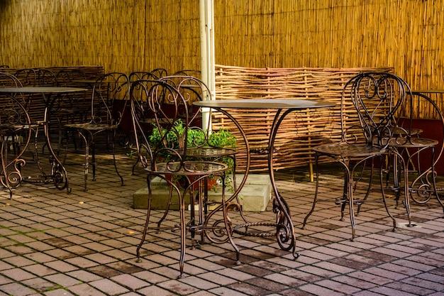 Chaises et tables dans un café de rue confortable