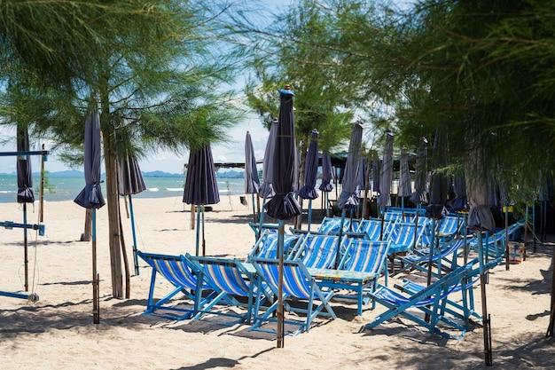 Chaises et tables de plage pour s'asseoir, se détendre et manger avec de l'air frais et une belle vue sur la mer à cha-am, petchburi, thaïlande. vacancier et vacances de voyage de pays chaud.
