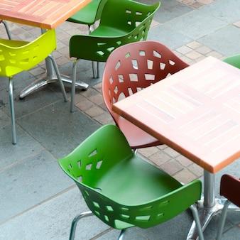 Des chaises et des tables vides dans un café-terrasse, bergen, norvège