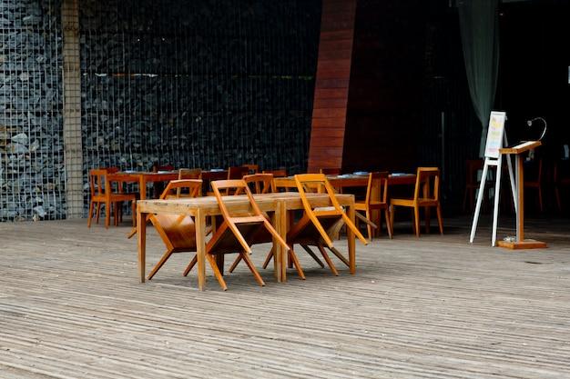 Chaises vides et tables au restaurant en plein air fermé
