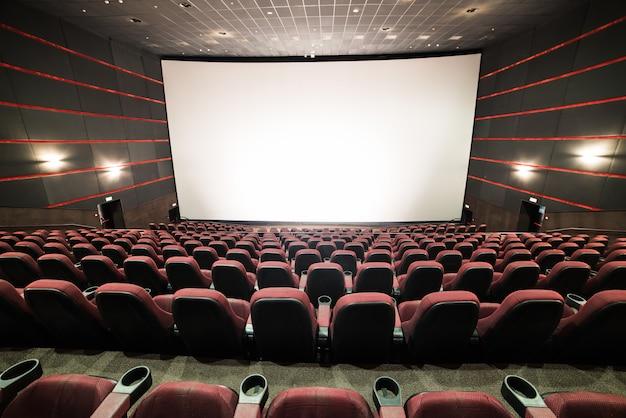 Chaises vierges dans un cinéma avec un écran vide