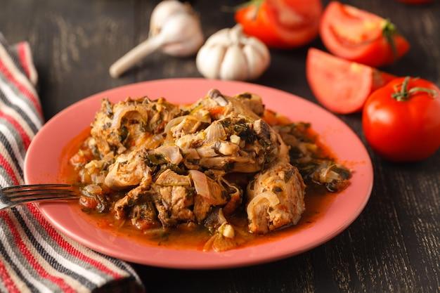 Chakhokhbili - poulet cuit avec des tomates et des oignons. plat national géorgien