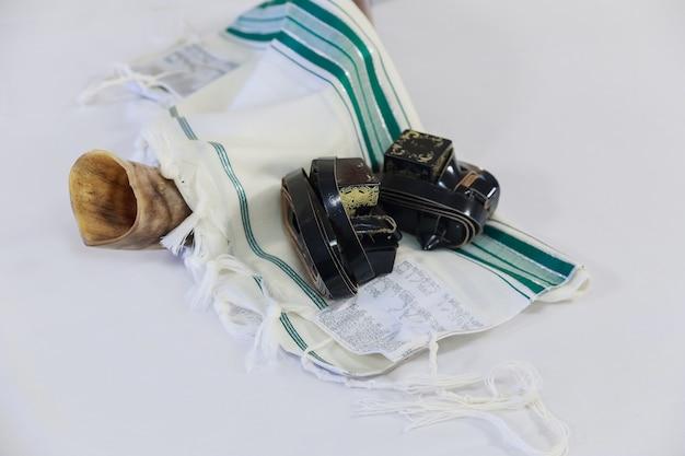 Châle de prière - talit et corne shofar symbole religieux juif