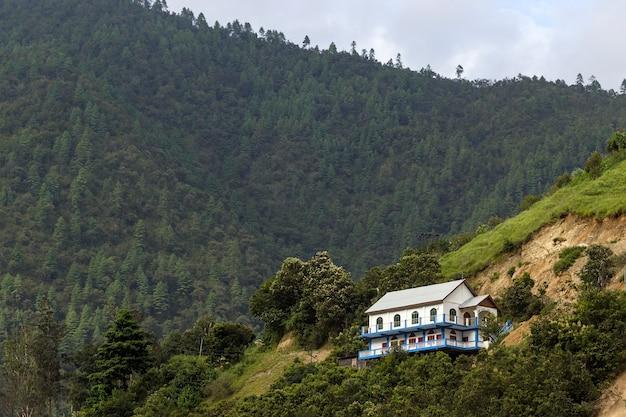 Chalet en bois confortable au sommet d'une colline.