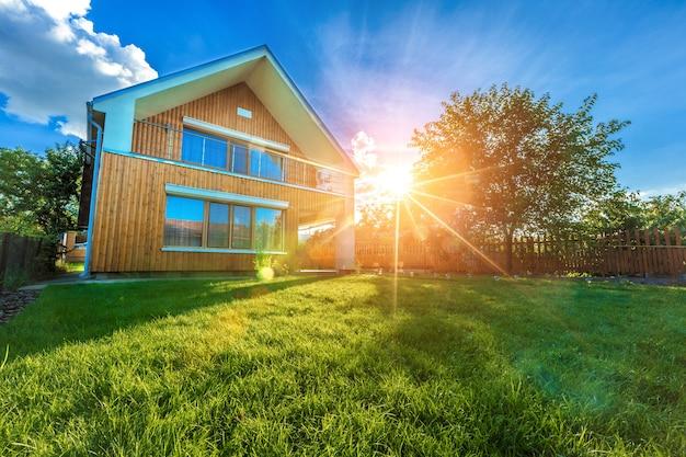 Chalet d'été moderne contre un ciel bleu dans le jardin d'été. journée ensoleillée