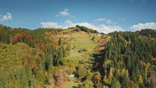 Chalets aériens à la forêt de montagne automne personne paysage nature maisons à feuille de colline d'herbe verte