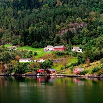 Chalets sur une colline, hardangervidda, hardanger, norvège