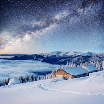 Chalets à la montagne la nuit à la belle étoile. gracieuseté de la nasa. evénement magique en journée glaciale.