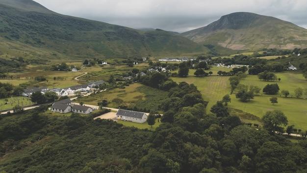 Chalets de village écossais, maisons à l'antenne de la route.