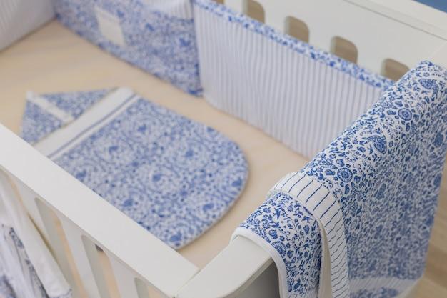Chambre de bébé moderne en blanc avec lit