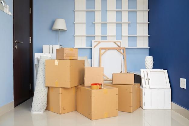 Chambre avec boîtes de déménagement