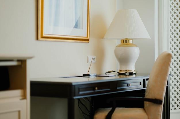 Chambre avec bureau en bois et chaise confortable