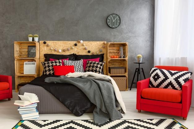 Chambre confortable en gris avec de belles décorations pour la maison