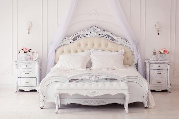 Chambre à coucher intérieure lumineuse, confortable et élégante beaux meubles anciens lit à baldaquin